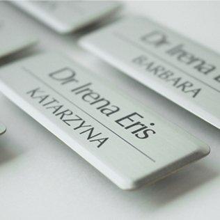 identyfikatory personalne, imienne, dla firm, identyfikatory dla pracowników, identyfikatory aluminiowe, mosiężne, drewniane eco